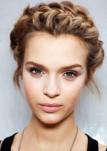 Um look luminoso consegue-se com uma pele perfeita e maquilhagem em tons suaves e femininos