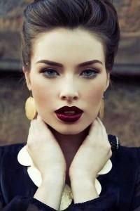 Uns lábios marcados e um olhar bem delineado, com simplicidade aparente é um look que nunca vai cansar