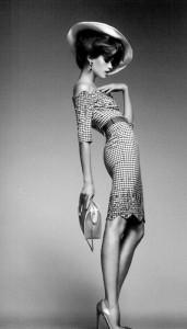 Uma postura elegante é a cereja no topo de um look perfeito