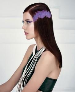 Neste cabelo escuro, um motivo roxo parece quase tribal, criando um adorno vanguardista para o teu cabelo