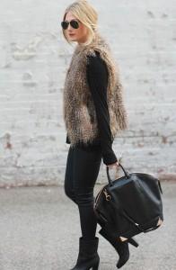 Um colete de pêlo é sempre uma peça volumosa e vibrante, que se destaca em visuais neutros e justos ao corpo.